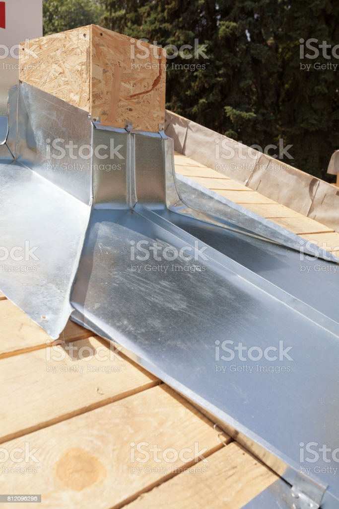 https www istockphoto com fr photo toit en construction garniture de chemin c3 a9e avec le zinc gm812096296 131380373