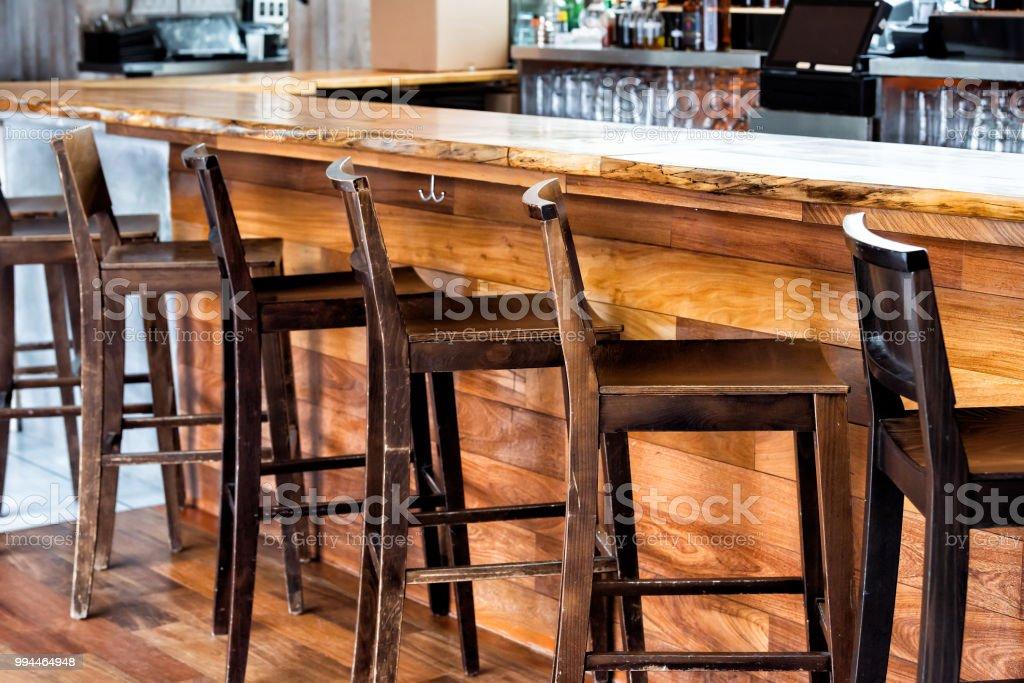 Photo Libre De Droit De Ligne De Tabourets De Bar Vintage En Bois Vide Chez Comptoir
