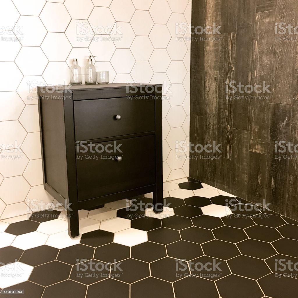https www istockphoto com fr photo salle de bains avec tomettes et tiroirs noir gm924241150 253658423