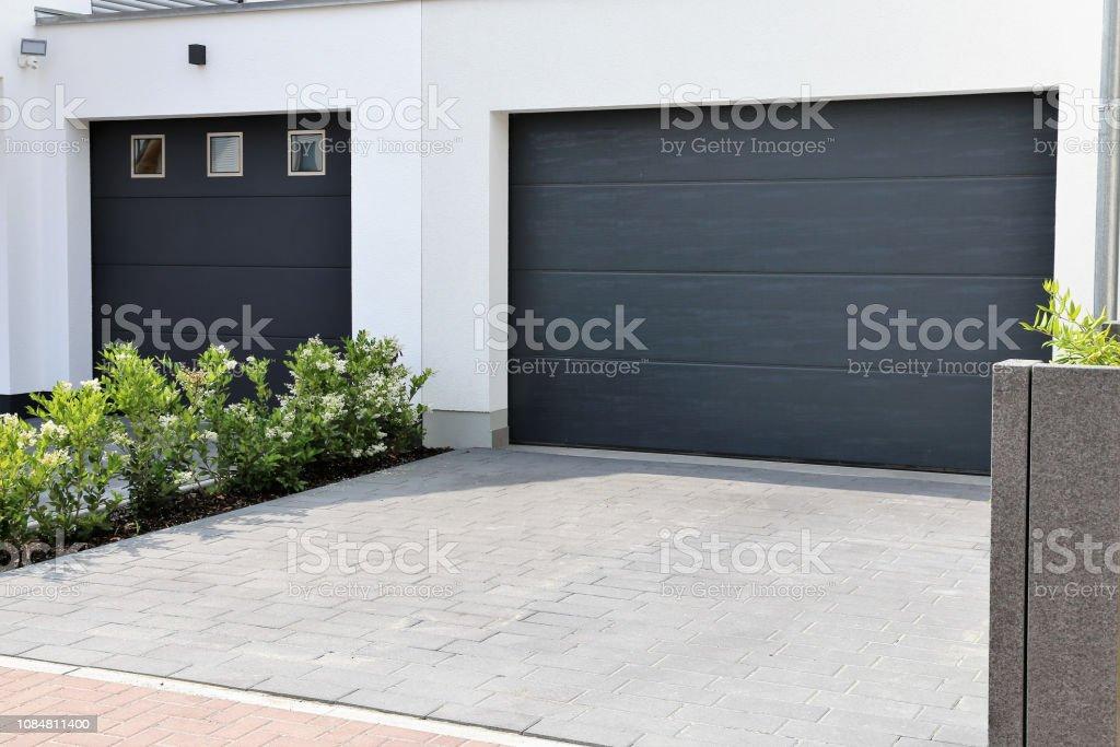 zwei moderne neue garagentore in einem wohnviertel stockfoto und mehr bilder von anthrazitkohle istock
