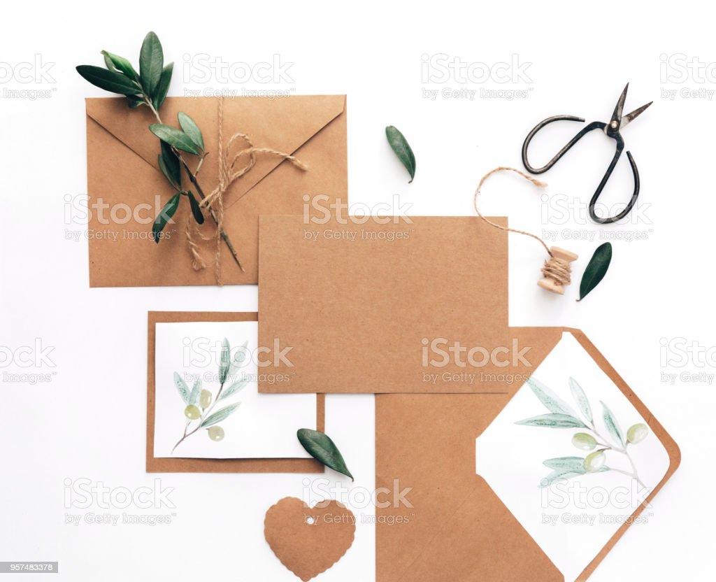https www istockphoto com fr photo mariage de mod c3 a8le de cartes dinvitation sur fond blanc espace de travail avec du gm957483378 261447500