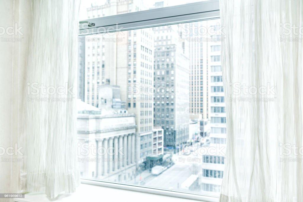 https www istockphoto com fr photo stores rideaux avec vue face au midtown new york city nyc paysage urbain skyline dans gm961959612 262704295