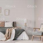 Holz Sessel Neben Bett Mit Decke Und Kissen In Weisse Schlafzimmer Inneren Echtes Foto Stockfoto Und Mehr Bilder Von Beige Istock