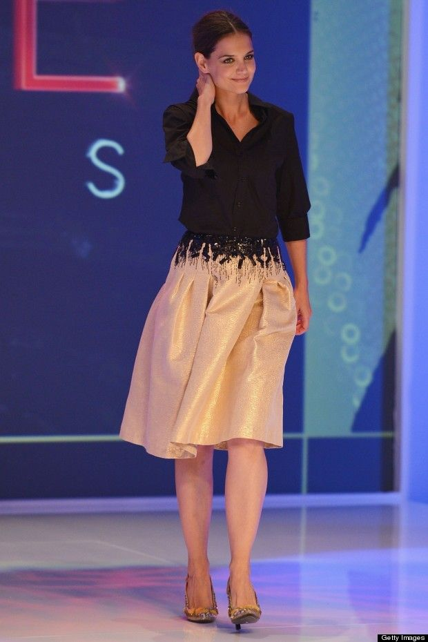Vi inspireras av Katie Holms som visar hur man bär en ljus och glansig kjol i vinter.