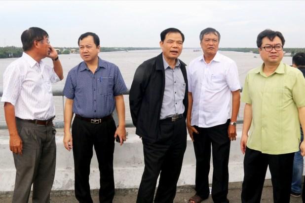 Bộ trưởng Nguyễn Xuân Cường thị sát thực tế tại An Minh.