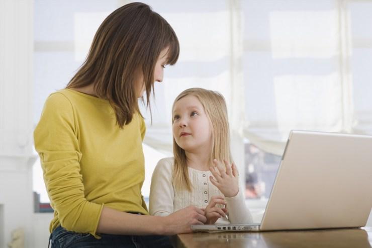 Hãy dạy trẻ ghi nhớ số điện thoại và họ tên của bố mẹ trong mọi trường hợp có thể xảy ra. Ảnh nguồn: Lifebyjeanie.