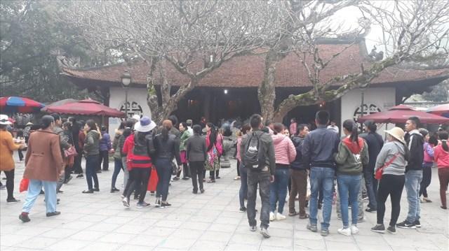 Mỗi ngày chùa Tây Thiên đón hàng ngàn du khách đến thăm quan.