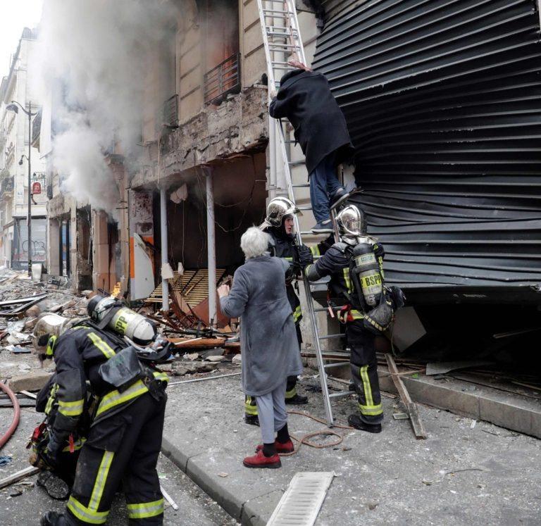 Tòa nhà nơi xảy ra vụ nổ nằm ở khu vực gần rạp hát  Folies-Bergere và cách không xa khu phố mua sắm nổi tiếng ở Paris. Ảnh: Mirror.