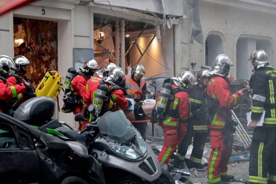 Cứu hỏa đang đưa một nạn nhân ra khỏi hiện trường vụ nổ. Ảnh: Sky.