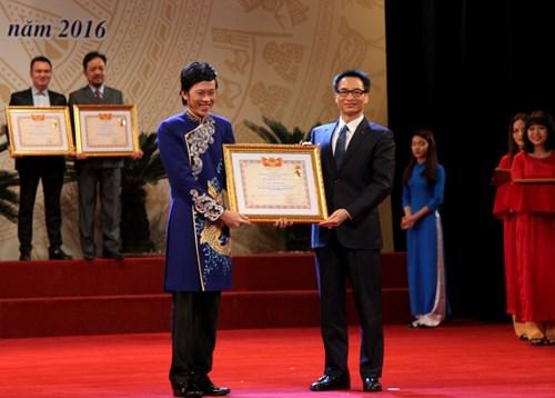 Image result for Hoài Linh nhận giải Ưu tú
