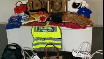"""c28cf37475fb Sequestrati centinaia di capi contraffatti. La Guardia di Finanza controlla  i """"mercatini"""""""