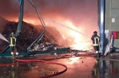 rifiuti incendio stir santa maria capua vetere vigili vvff 115 pompieri