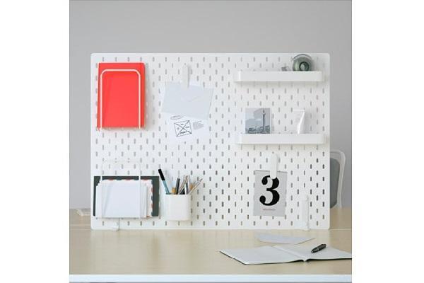Di una scrivania che ha integrata al suo interno una libreria, dei cassetti o degli scaffali in cui riporre oggetti per il lavoro, libri o accessori. Accessori Per Scrivania