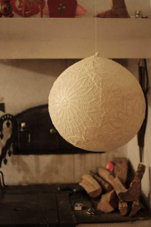 Ecco come realizzare un delizioso lampadario con i bicchieri di plastica:. Lampadari Fai Da Te Con Materiali Di Recupero