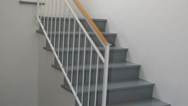 Del sottotetto e a utilizzare la parete della scala come libreria. Nuova Vita Ad Una Scala Di Un Edificio Degli Anni 60