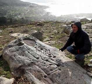 Oia señaliza por primera vez sus petroglifos
