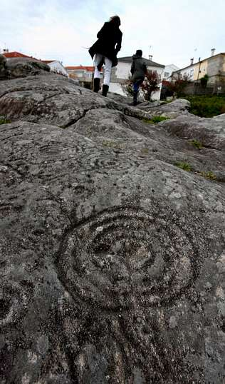 Una guía reúne los 45 petroglifos más representativos de Galicia