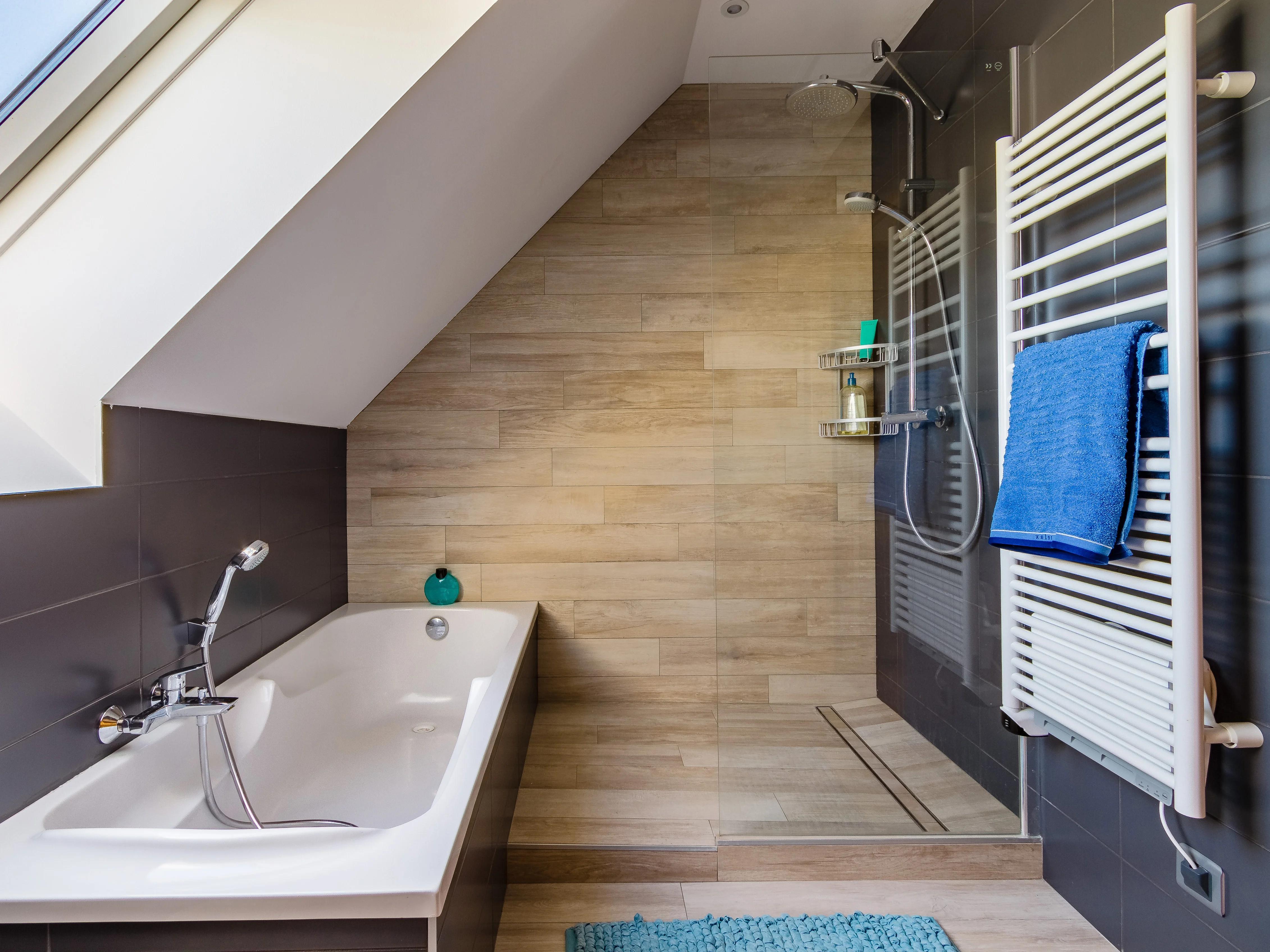 salle de bains gris et bois sous les