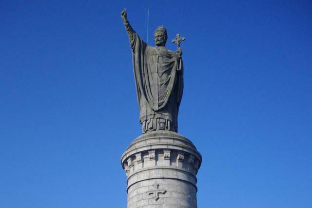 L'église Notre-Dame de Châtillon-sur-Marne et sa statue du pape Urbain II.