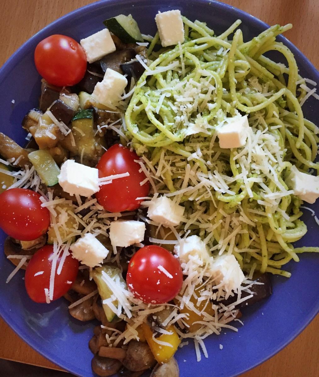 Veckans vegetariska: Pestopasta med frästa grönsaker och fetaost