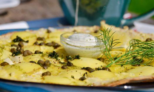 stenugnsbakad pizza med potatis och kapris