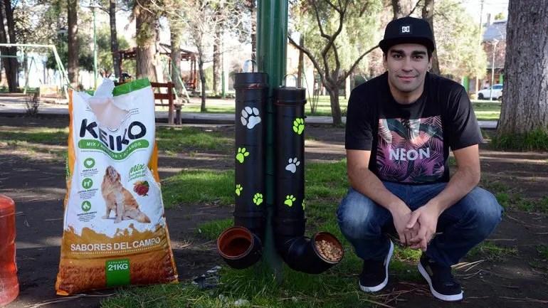 Um jovem instalou comedouros para cães de rua em Junín de los Andes