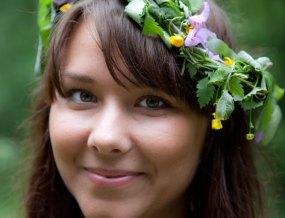 Fina Malin med blommor i håret