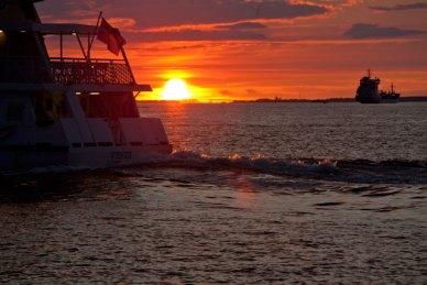 färja i solnedgången, saltholmen