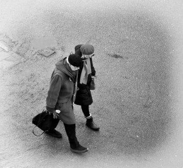 svartvitt promenerande par
