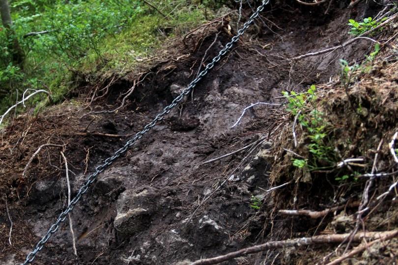 Sikret med kjetting: Stien ned til nedre fossefall er bratt og litt vanskelig. De mest krevende partiene er sikret med kjetting, så er det mulig å holde fast på vei ned - eller opp.