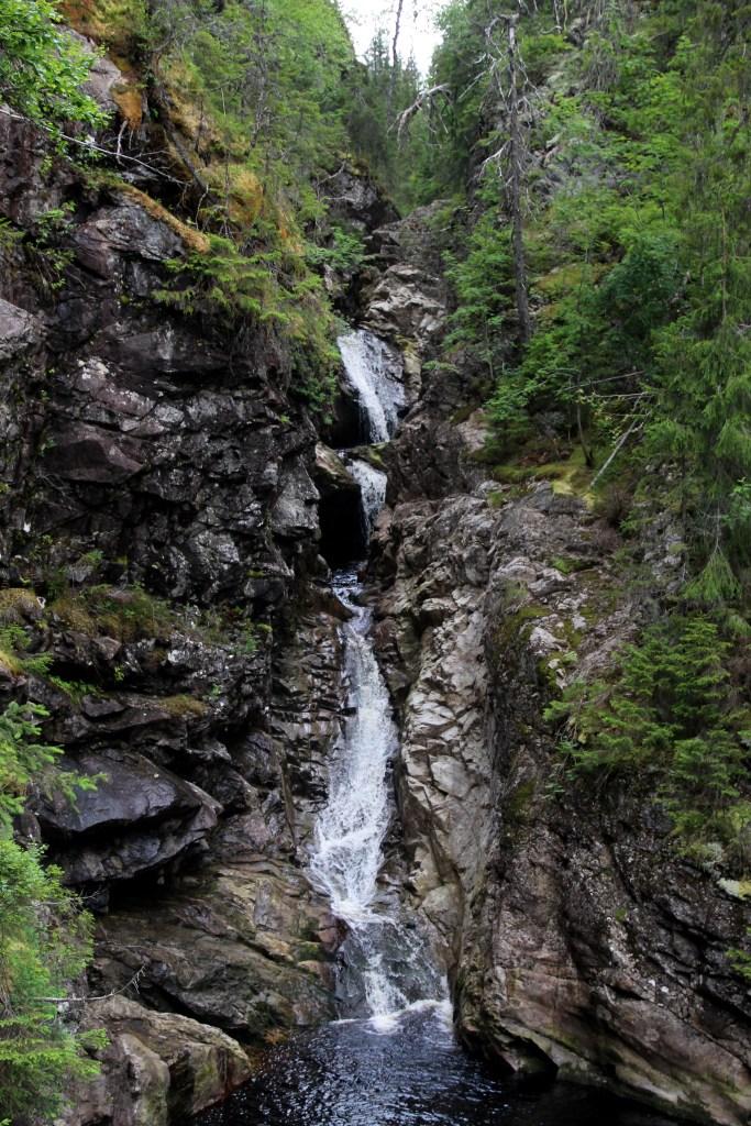 Nedre fossefall består av tre trinn eller fosser, som vannet passerer gjennom. Ved liten vannføring er det mulig å krysse over nedenfor denne fossen.
