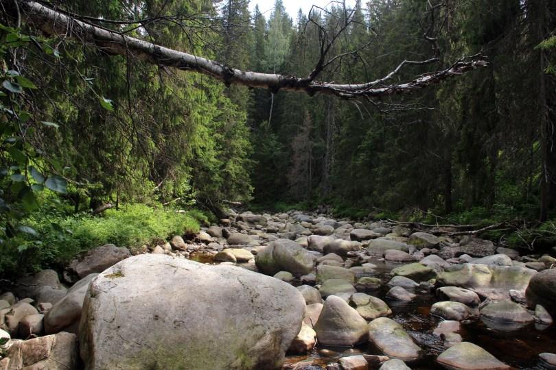 I perioder med lite nedbør er det enkelte steder mulig å ta seg fram på elvebunnen, for å utforske juvet fra bunnen.