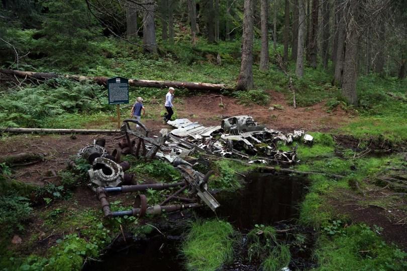 Flvyraket i Nordmarka: Her ligger restene av et tysk bombefly, på stedet det styrtet med tre personer om bord i 1942. Alle tre døde.