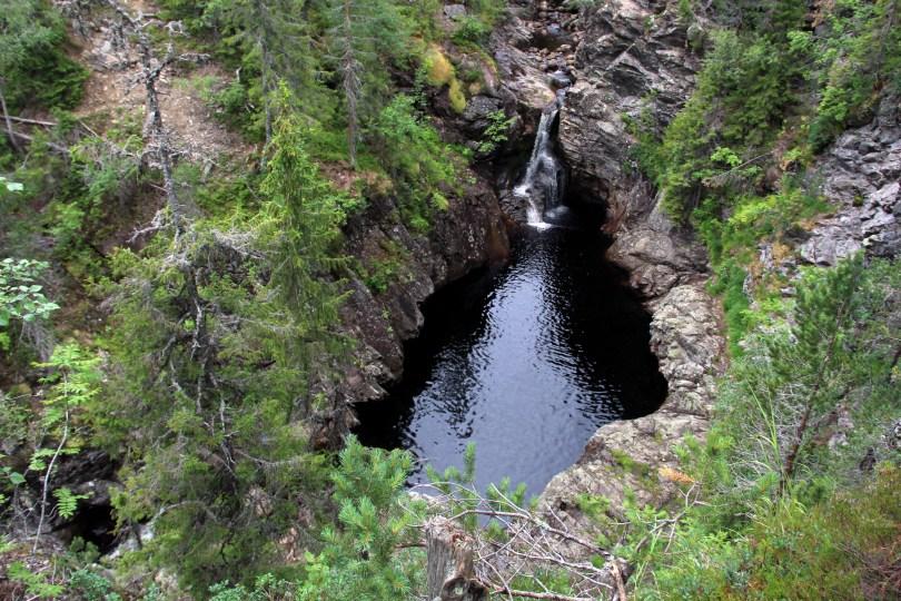 Øvre fossefall er kun noen hundre meter fra utgangspunktet for turen. Bildet er tatt fra stien på nordsiden av juvet.