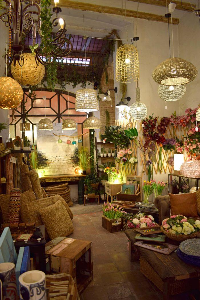 lampor och prydnader på butiken olivier