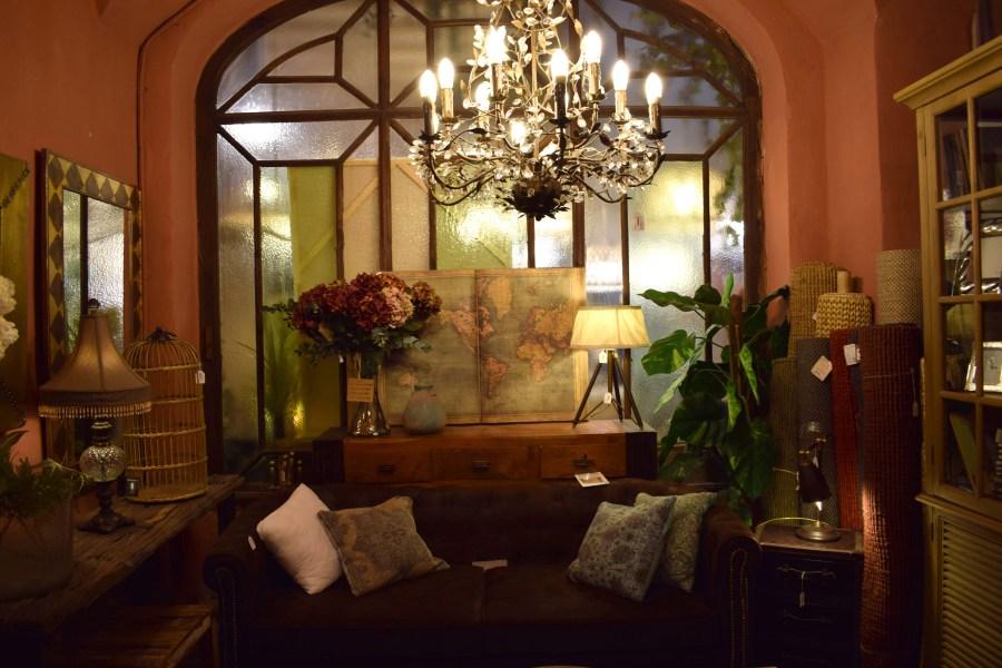 soffa och världskarta i butiken olivier