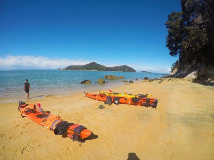 kajaker på stranden i abel tasman