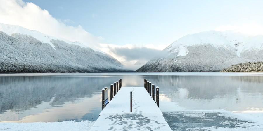 snötäckt brygga i nelson lakes nationalpark.