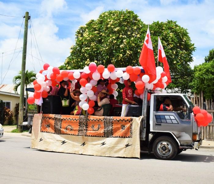 Liftar till Nuku'alofa för nationaldagsfirande!