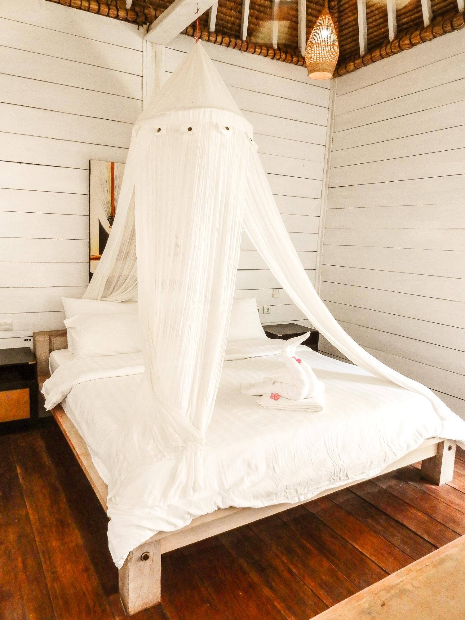 Säng med sänghimmel i bungalow på Gili Trawangan.