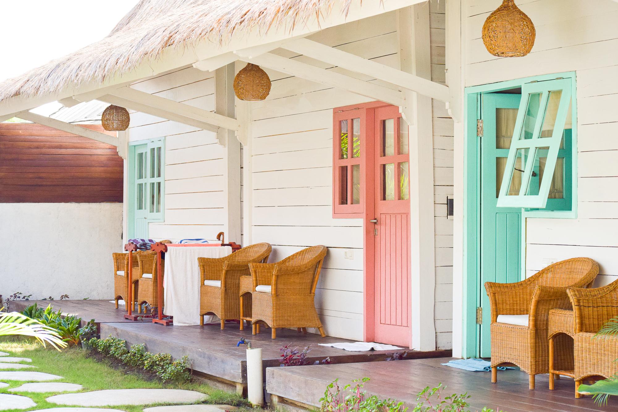 bungalows med pastellfärger på dörrarna.