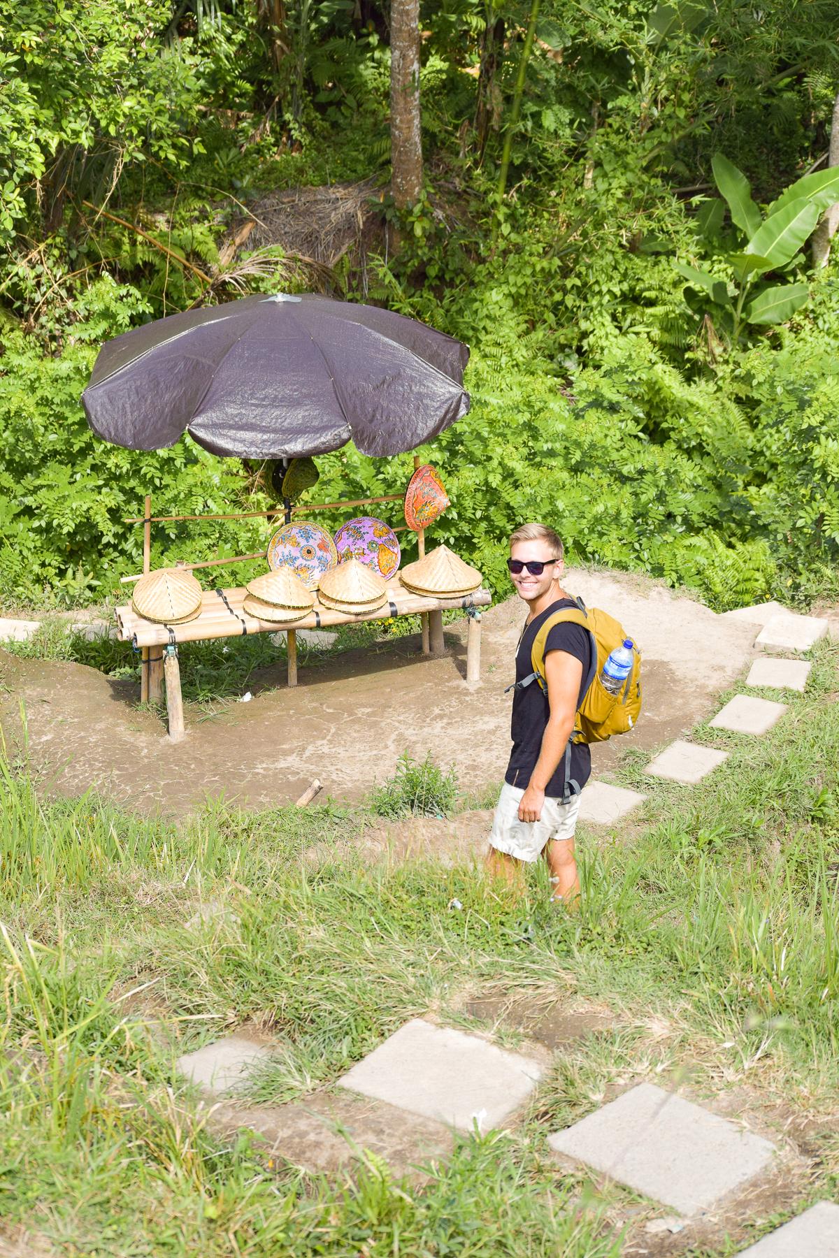 David går nedför en trappa i Tegalalangs risterrasser i Ubud.