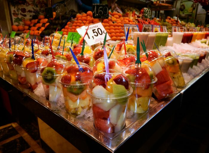 frukt i plastmuggar på la bouqeria mercat