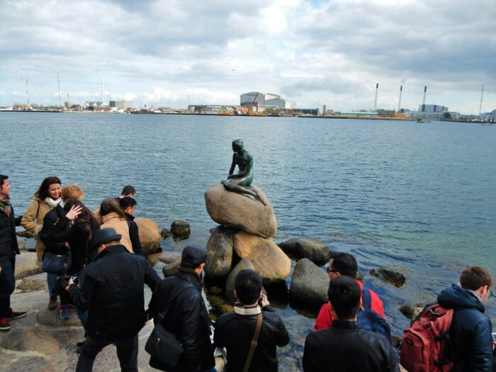 den lille havfrue på sin sten vid vattnet