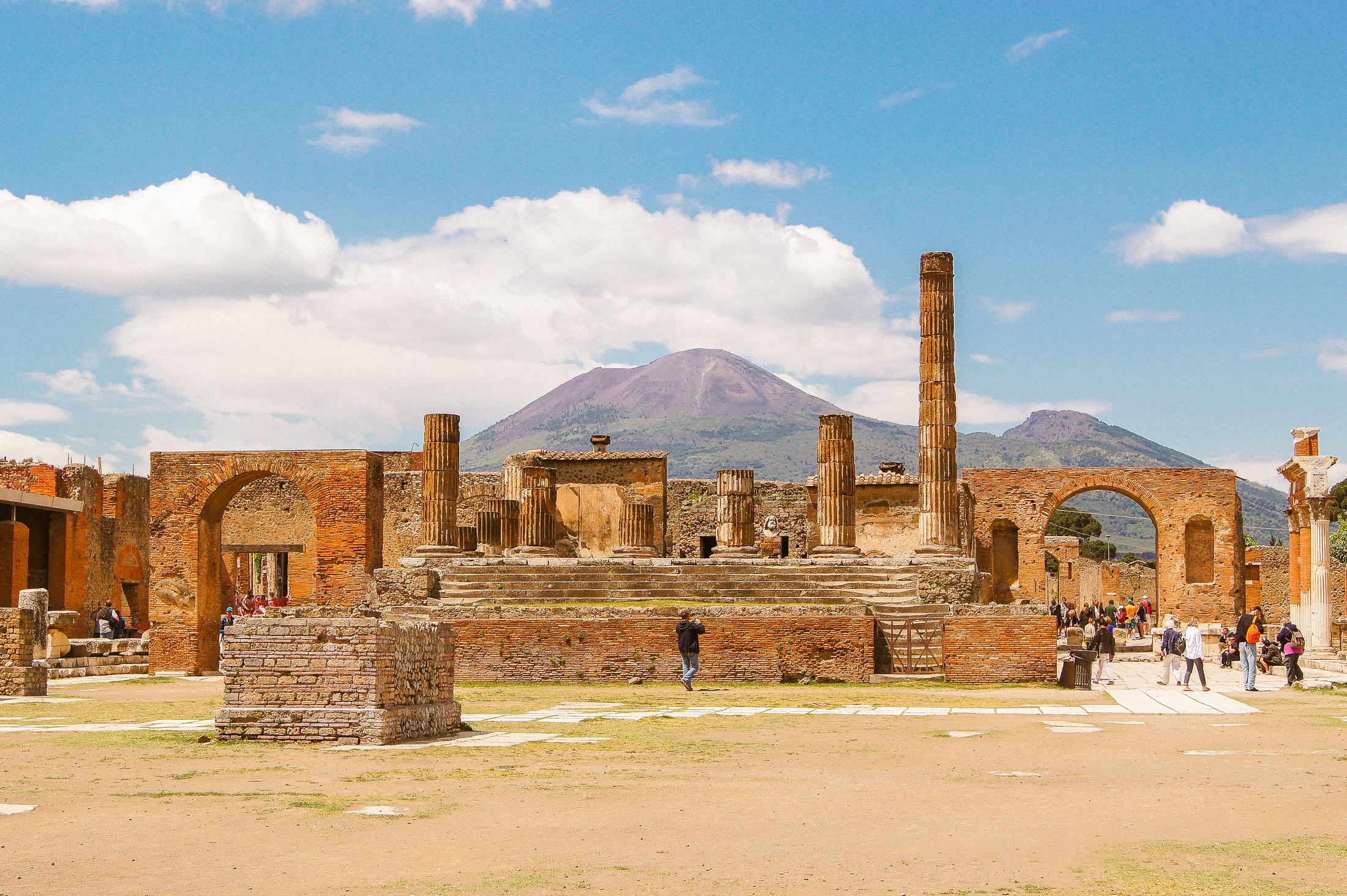 ruinstaden Pompeji i Italien, med vulkanen Vesuvius i bakgrunden.