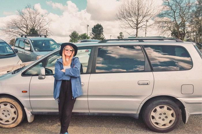 jag står vid bilen vi köpt i nya zeeland