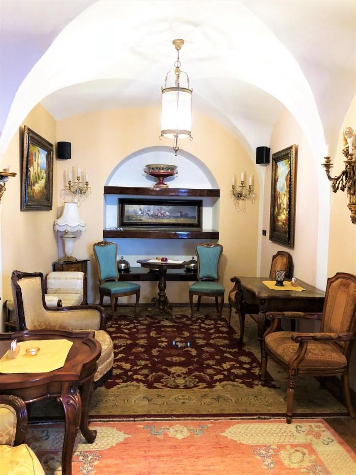 cafe Deli Maltez stolar och bord