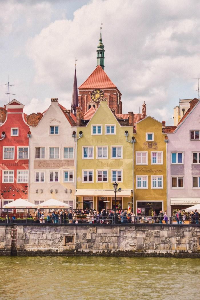 färgglada stenhus i gdansk hamn