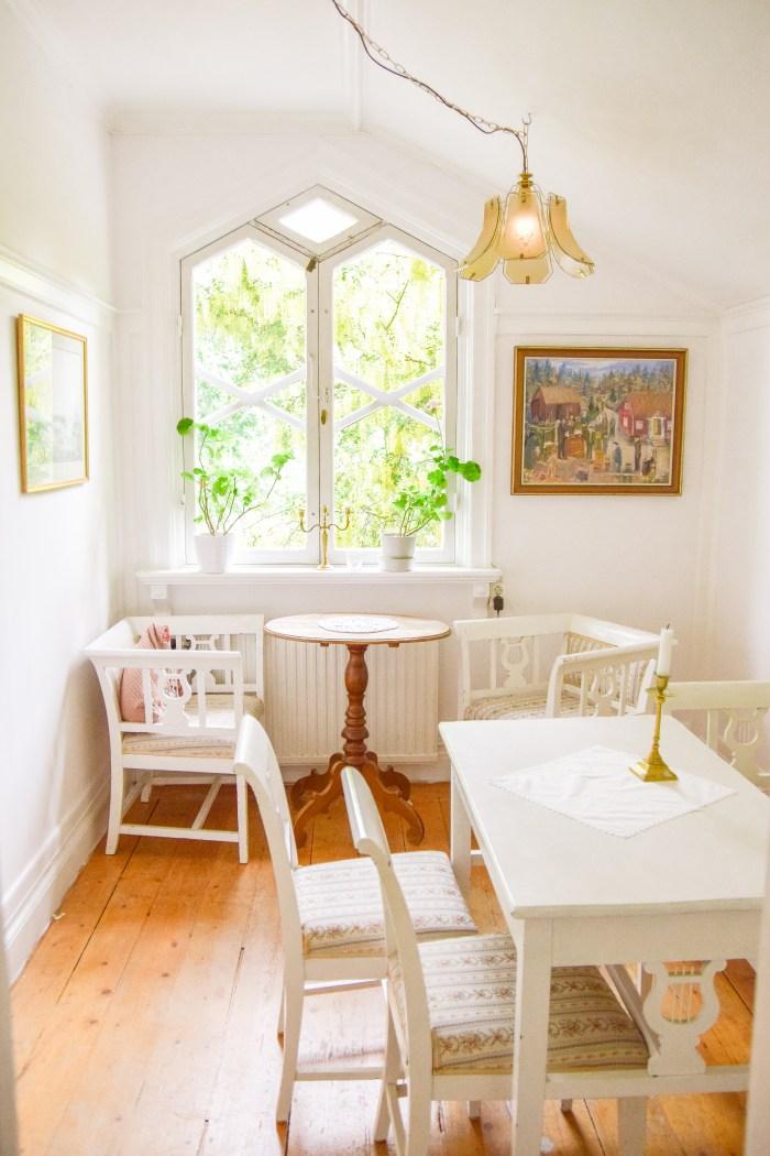 vackra möbler på cafe lyran