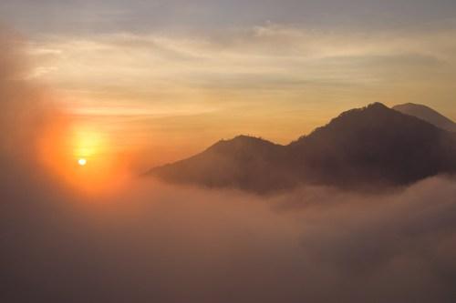 vandra uppför mount batur för att se soluppgången.